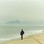 神の創りし国、日本国を感じる風景。パステルカラーの砂浜、海、山、空。神話の世界のようだ。                    一人浸りきって格好をつけていても、誰もいないから大丈夫。                        夜見ヶ浜(弓ヶ浜) 鳥取
