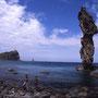 積丹の海岸は断崖絶壁と奇岩怪岩が突き立つ不思議な世界。海の美しさも抜群。しかし左手から延びている神威岬は年々俗化が進み、一昔前の風情はなくなってしまった。<積丹半島>