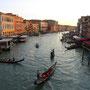 ヴェネチアの代表的風景。夕日が当たり、一見のどかだが、世界中の観光客でごったがえしている。これを撮影した橋の上にも、大勢のカメラマンが。ここに「旅」を求めるのはもはや、幻想でしかない。<ヴェネチア――イタリア>