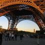 エッフェル塔下部の光景。夕日が当たって、少々不気味な色になっている。自動小銃を抱えた兵士達が警備に当たっているが、観光客達は誰も気にせずに歩いていた。<パリ――フランス>