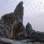 ジュウボウ岬の裏側。まるで巨大な津波の化石のようだ。天頂部の高さは70メートル。かつてはまさに秘境だった。<積丹半島>