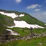日本で最も天国に近い場所へと向かう。累々と堆積した岩でできた不思議な山、トムラウシ。ここはまだ前衛峰を越える手前だ。トムラウシ山頂への道のりは長い。<トムラウシ周辺>
