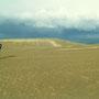 砂漠の幻想をかきたてられる日本最大級の砂丘、鳥取砂丘。                                     後方の「馬の背」に行くと、乾いた砂が飛び、目や耳や鼻の中に入ってくる。それがまた楽しい?             鳥取砂丘 鳥取