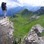 岩場の突端に立つのが好き。バランスに自信があるから、これくらいの場所ならば全く恐怖は感じない。<グリンデルワルト周辺――スイス>