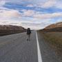 道は続くよどこまでも。ノルウェーに入ったが、ここは滅多に車が通らない。ヒッチハイクのサインを出しても、全然止まってくれない。結局三時間以上歩いて車を捕まえられたが、足は靴擦れ。<NeidenからBugoyfjordへ-NORWEY>