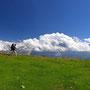 ヨーロッパアルプスのトレッキングコースを歩くことは、きついことではない。いったん山の上まで登ってしまえば、後はあまりアップダウンのない道を歩けるからだ。日本の登山と違い、開放的だ。<グリンデルワルト周辺――スイス>