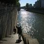 かのセーヌ川。都会を流れる川らしく、巨大な排水設備にしか見えない。精一杯綺麗に撮るために、逆光で。<パリ――フランス>
