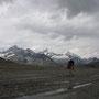 灰色の雲が悲壮感を漂わせ、旅心を煽り立ててくれる。山中のロープウェイ駅で降り、登山道を歩き始める。夕方だから、もう誰一人歩いてはいない。楽しむならばこんな時間帯が狙い目だ。<Matterhorn-SCHWEIZ>