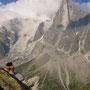 鋭い山頂にはずっと雲が掛かったままで、この瞬間を待つためだけに一時間。Aiguille du Dru 3754m。<シャモニー周辺――フランス>