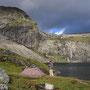 荒々しい岩山に流れた雨の跡が模様を描いている。夜はテントが壊れそうなほどに、湖から強烈な風が吹いた。ここで野宿する資格があるかと、天に試されたような一晩…。<Lofoten-NORWEY>