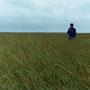 草原の中で、風に吹かれる。長い一人旅の中で、孤独を感じることもある。                       猿払村 北海道
