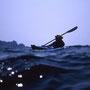 カヤックが飲み込まれそうな黒い波のうねり。二艇で漕いでいても、相手の姿が消えてしまうときがある。だが実際はこの程度なら大丈夫。白く波頭が砕ける波だと危険になってくる。<奥尻島>