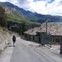 石造りの屋根が、イタリア北西山岳部では普通に見られる。国境を越えたんだと実感できるのは、民家の造りが変わったとき。もはやEU圏の旅では、国境「線」を意識できない。<シャティロン――イタリア>