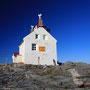 白亜の灯台廃墟は異国情緒を満喫させてくれる。ここは観光スポットでもなんでもない。なぜか廃墟は美しい。人の管理を離れた瞬間から、建物は自らの意思を持ち始めるのだろうか。<Lofoten-NORWEY>