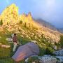 朝日が岩山を金色に染めた。しかし奥の山はどんよりとした雲に覆われている。今日の天気が気になるとき。晴天でなければ、山歩きはしない。綺麗な風景を見たいから。<ローゼンガーテン/ドロミテ――イタリア>