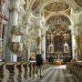 教会の中は圧倒的に豪華絢爛で、厳粛な気持ちになるよりも、ただ驚くばかり。<ドッビアーコ――イタリア>