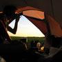 テントの中で飲むアルコールはうまい! 特に長時間歩き続けた末、いい場所にテントが張れたときは、屋根の下で飲む酒なんかとは比べ物にならない。<チェスケ・ブジェヨヴィツェ周辺――チェコ>