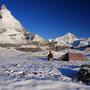 真夏の雪が積もったマッターホルン直下の高原台地。ここは有名なトレッキングコースだが、この光景を見たのは僕一人だった。最初のハイカーが来たのは、雪が溶け始めたころ。<Matterhorn-SCHWEIZ>