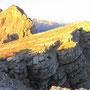 断崖の上のテント地に、朝日が当たる。誰もテントを張りそうにない場所こそが、最高のテント地になることもある。<セクステナー/ドロミテ――イタリア>