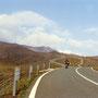火山の国、日本の、心ときめく風景。ここは巨大なカルデラの核心部だ。今も活動する噴火口へと続く道。 阿蘇 熊本