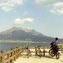 桜島は、ゆったりと聳えていた。大きな自然の風景を見ると、自分の心も大きくなる気がした。                     人間はちっぽけで無力な存在だ、なんて悲観的な考えなど、この景色の中で生まれるはずもなく。     鹿児島市から桜島を望む 鹿児島
