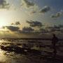 逆光の海は旅心をそそる風景だ。黒い雲。光り輝く海面。繰り返す波の音。                              遠くに来たと感じ、さらに遠くへと誘われる。夕日を追いかけるように、西へ、西へ。                 石見畳ヶ浦 島根