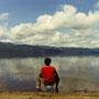 水辺に憩うひと時。雲を映す湖面を眺める。北の大地を流れる雲は素敵だ。                              自分の作った波紋が、ずっと遠くまで広がっていく様子も面白い。                          屈斜路湖 北海道