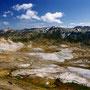 巨大な噴火口の御鉢平。駆け下りて行って遊びたくなるが、有毒ガスが発生している。この御鉢平一周コースは、一般的な一日登山では最高の感動が味わえるものだと言っていい。<大雪山>