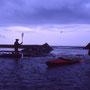 川旅の終わりは当然、海。奇妙な形の河口が迎えてくれる。灰色の雲が低く流れる暗い空だが、それが奇妙に感動的でさえあった。<歴舟川>
