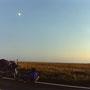 月が出ても、テントを張る場所が決まらない。テントを張るのが面倒くさい。                             今日はもう、バス停で寝てしまおうか。映画の中の、寅さんのように。                          道東 北海道