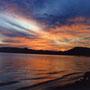 水辺の夕焼けは特に幻想的に感じられる。                                             火炎のような雲を映す湖には、不思議な伝説を生まれさせる力があるようだ。                       田沢湖 秋田