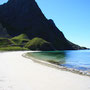 白い砂浜と対照的な陰を見せる山の姿。光と影は引き立てあって芸術的な光景を造り上げる。僕はその光景に向かって、カメラを構えてシャッターを切るだけだ。写真は僕が作るものではない。<Lofoten-NORWEY>