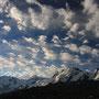 白と青。白と黒。自然の中では、時に単純な色の対比がものすごく美しい風景を造り上げる。この雲は何を伝えているのだろう。山は何を語っているのだろう。きっと世界は善意に満ちている。<Matterhorn-SCHWEIZ>