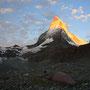 黄金に輝くマッターホルン。肉眼ではさすがにここまでの明暗の差として認識はできないが、圧倒的なスケールで起こっている事件を目の当たりにする胸の高鳴りは、写真では伝えきれない。<Matterhorn-SCHWEIZ>