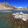 岩と水だけの世界なのに、どうしてこれほど綺麗な風景なのだろう。ここにいた一日、僕は世界で一番美しい場所にいると確信して過ごしていた。太陽の位置で、湖はゆっくりと色を変えていく。<Aosta-ITALIA>