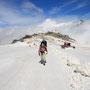 富士山以上の標高があるスキー場を歩いて、イタリア-スイスの国境を越える。スキー場とはいえ、他の国境越えの人たちは皆、ガイドを雇っていた。滑落すればクレバスが待ち構えているからだ。<Breuil-CerviniaからZermatへ-ITALIA>