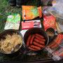 旅の食事はこんな感じ。日本米に近いものが売っていれば買って食べる。徒歩で長旅をしているとチョコやレーズンなどの甘いものが欠かせない。バイクで旅をするときに比べ、かなり質素な食事だ。<Berner-Oberland-SCHWEIZ>