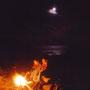 月の光が雲と海を照らす。風は波の音を運び、炎は幻想を連れてくる。焚火をいじくり回すふーすけは、もうすっかりワインでいい気分。<天売島>
