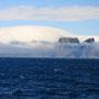 雲に飲み込まれる島。まるで雪山がゆっくりと雪崩を起こしているようだ。地元の人によれば、たまにVaeroyはこんな光景を見せるそうだが、それを見られたのは本当に幸運だった。<Lofoten-NORWEY>