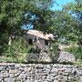 Un gite authentique dans le Quercy sur le causse de Limogne dans LOT vu de la maison avec des murs en pierres typiquement lotois - façade en arrivant dans le hameau