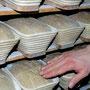 Prüfende Bäckerhände garantieren Qualität