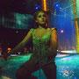 ダンサーたちがガラス越しに身を乗り出してきたり、バシャバシャ水をかけてくる!
