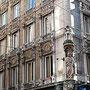 Centre ville, coin de rue, détail du décors des fenêtres