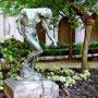 Vue du jardin avec l'Ombre de Rodin. Derrière, les arcades du cloître.