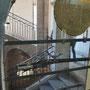 Vue d'un escalier à travers une vitrine
