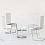Sedie minimal zincate e tavolino parentesi / Kindof