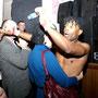 Танцор Тони как мог развлекал публику