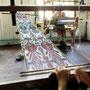 Verweben von Seide auf einem Webstuhl