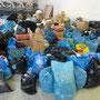 Gespendete Hilfsgüter - noch unsortiert