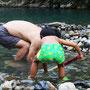 川湯温泉でシャベルで掘って温泉を作る親子(掘るとお湯が出ます)
